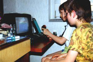 """Götz und ich, spielend am Schneider CPC 464 (Game """"ARKANOID"""")."""